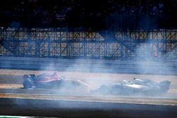 Sergio Perez, Force India VJM11, percute un panneau publicitaire et croise Sergey Sirotkin, Williams FW41