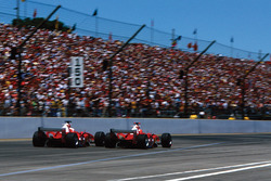 Michael Schumacher, Ferrari F2004 pas aa su compañero Rubens Barrichello, Ferrari F2004