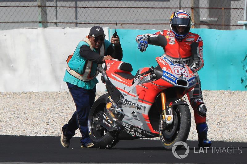 Andrea Dovizioso, Ducati Team, tras caerse