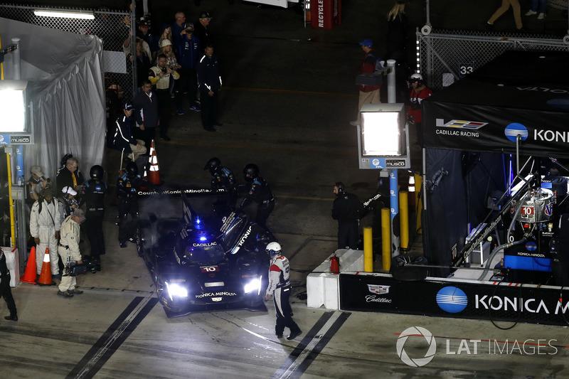 #10 Wayne Taylor Racing Cadillac DPi: Jordan Taylor, Renger Van Der Zande, Ryan Hunter-Reay goes back to the garage