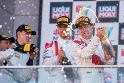 Podium: racewinnaar Robin Frijns, Audi Sport Team WRT viert feest met champagne