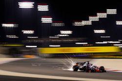 Volano scintille dalla monoposto di Romain Grosjean, Haas F1 Team VF-18 Ferrari