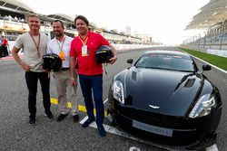 David Coulthard posa con Peter Phillips y James Martin, frente a un Aston Martin Vanquish S