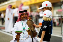 Due bambini ammirano un falco
