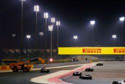Des commissaires s'occupent de la voiture de Daniel Ricciardo, Red Bull Racing RB14 Tag Heuer, alors Carlos Sainz Jr., Renault Sport F1 Team R.S. 18, Marcus Ericsson, Sauber C37 Ferrari, Lance Stroll, Williams FW41 Mercedes, et Romain Grosjean, Haas F1 Team VF-18 Ferrari, passent