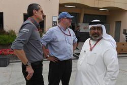 Guenther Steiner, Team Prinicipal, Haas F1 Team, Joe Saward, giornalista, e Abdallah Al Khalifa, segretario privato del principe ereditario Salman bin Hamad Al Khalifa
