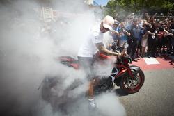 Lewis Hamilton, Mercedes AMG F1, doet een burnout met zijn motor