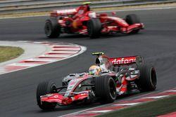Lewis Hamilton, Mclaren MP4-22 devant Kimi Raikkonen, Ferrari F2007