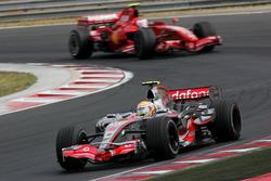 Lewis Hamilton, Mclaren MP4-22 delante de Kimi Raikkonen, Ferrari F2007