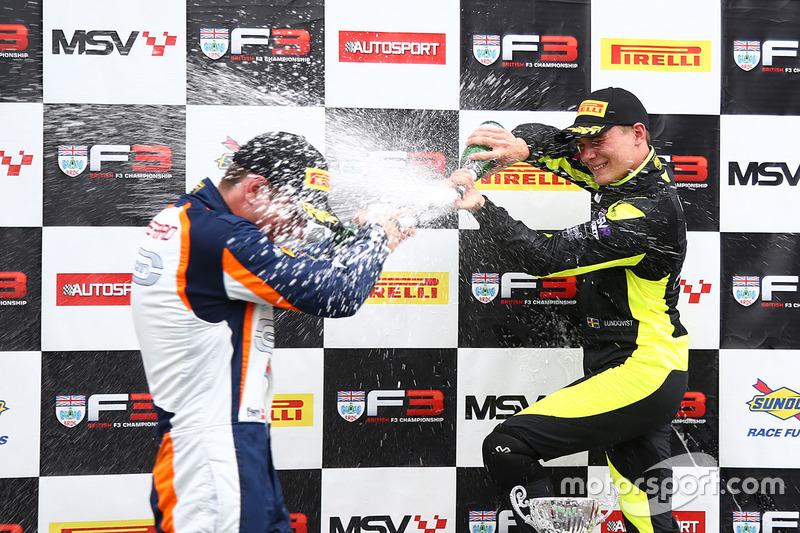 Podio: ganador de la carrera Linus Lundqvist, Doble R, segundo lugar Nicolai Kjaergaard, Carlin, tercer lugar Kush Maini, Lanan Racing
