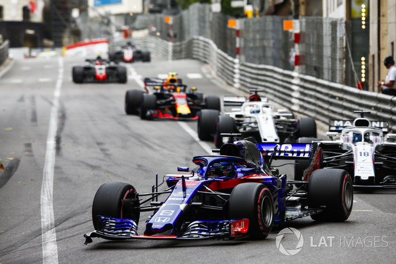 Brendon Hartley, Toro Rosso STR13, precede Lance Stroll, Williams FW41, Marcus Ericsson, Sauber C37, e Max Verstappen, Red Bull Racing RB14