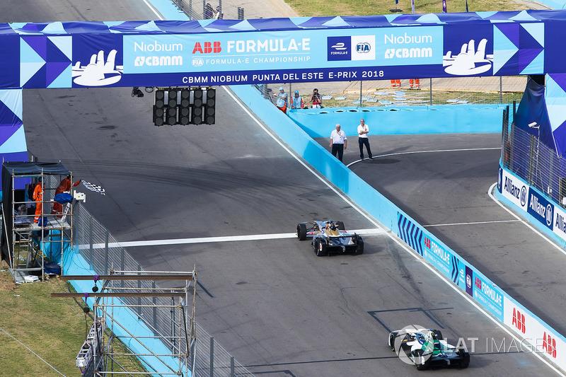 Jean-Eric Vergne, Techeetah. se lleva la bandera a cuadros delante de Lucas di Grassi, Audi Sport AB