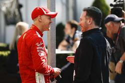 Stoffel Vandoorne, McLaren, discute avec Christian Horner, Team Principal, Red Bull Racing