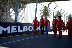 Sebastian Vettel, Ferrari ve Maurizio Arrivabene, Ferrari Takım Patronu, pist yürüyüşü
