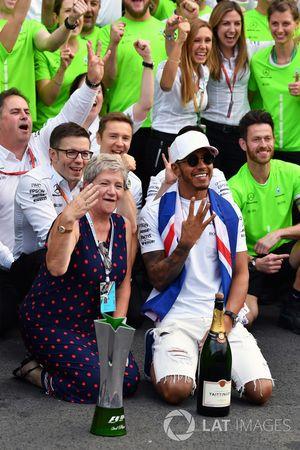 2017 World Champion Lewis Hamilton, Mercedes AMG F1 celebrates with his mother Carmen Lockhart and t
