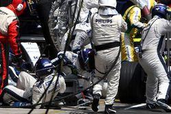 Kazuki Nakajima, Williams FW29 percute un mécanicien au moment de l'arrêt