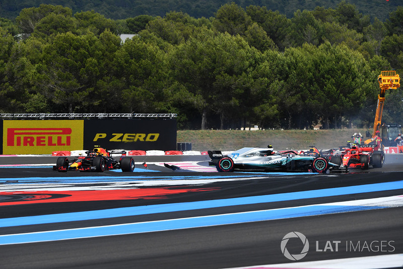 Sebastian Vettel, Ferrari SF71H trifft Valtteri Bottas, Mercedes-AMG F1 W09, während Max Verstappen ausweicht