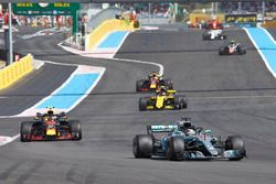 Lewis Hamilton, Mercedes AMG F1 W09, leads Max Verstappen, Red Bull Racing RB14, Nico Hulkenberg, Renault Sport F1 Team R.S. 18, and Daniel Ricciardo, Red Bull Racing RB14