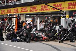 Romain Grosjean, Haas F1 Team VF-18 pit stop