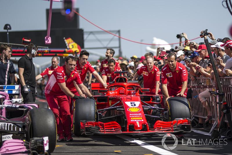 Mecánicos de Ferrari con el Ferrari SF71H