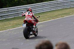 Carlos Checa monta una Ducati alrededor del Nordschleife