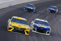 Daniel Suarez, Joe Gibbs Racing, Toyota Camry STANLEY and Chase Elliott, Hendrick Motorsports, Chevrolet Camaro NAPA Auto Parts