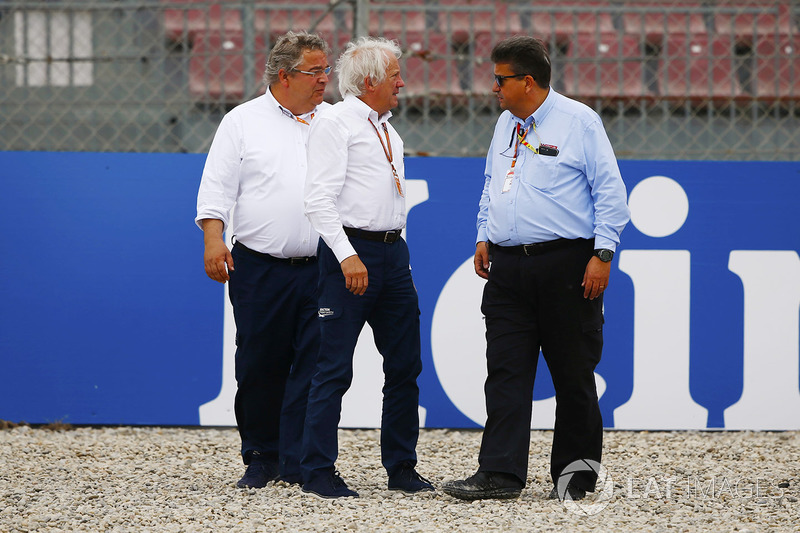 Charlie Whiting, Race Director, FIA, inspect damage to barriers caused by Brendon Hartley, Toro Rosso STR13
