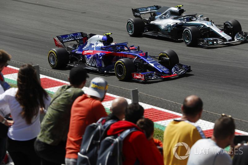 Valtteri Bottas, Mercedes AMG F1 W09, supera Pierre Gasly, Toro Rosso STR13