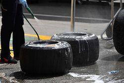 Red Bull Racing mecánico lava los neumáticos Pirelli