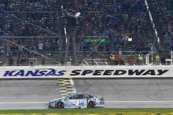 Kevin Harvick, Stewart-Haas Racing, Ford Fusion Busch Light prende la bandiera a scacchi