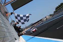 Il vincitore Alessio Rovera, Tsunami RT, prende la bandiera a scacchi