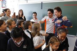 Гонщики Repsol Honda Team Марк Маркес и Дани Педроса вместе со школьным классом