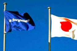 BorgWarner y banderas japonesas