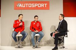 Kris Meeke et Craig Breen de Citroen parlent à Henry Hope-Frost sur la scène Autosport