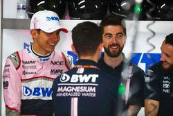 Esteban Ocon, Force India, avec les mécaniciens