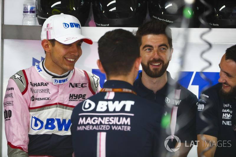 Esteban Ocon, Force India, with engineers
