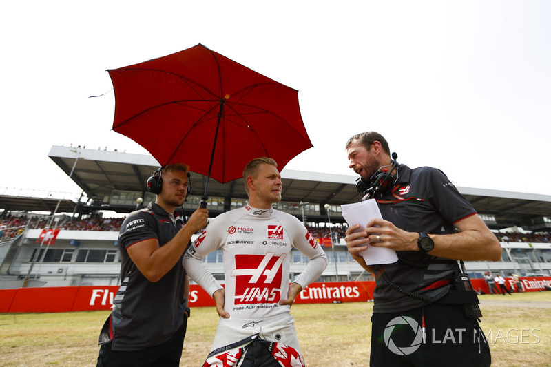 Kevin Magnussen, Haas F1 Team, talks to his engineers on the grid