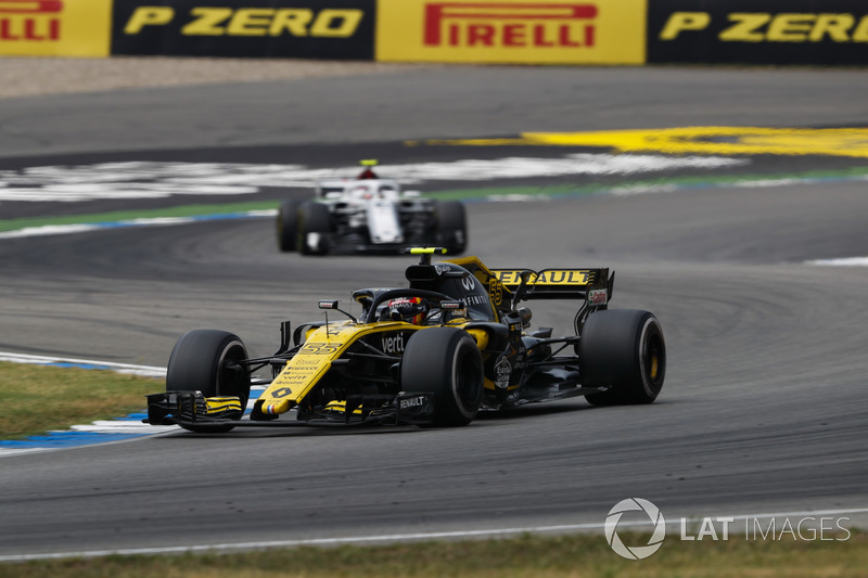 Carlos Sainz Jr., Renault Sport F1 Team R.S. 18, delante de Charles Leclerc, Sauber C37