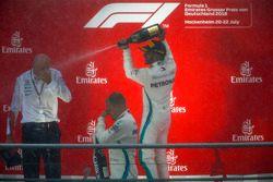 Podio: ganador de la carrera Lewis Hamilton, Mercedes AMG F1, segundo lugar Valtteri Bottas, Mercedes AMG F1, y Dr Dieter Zetsche, CEO, Mercedes Benz