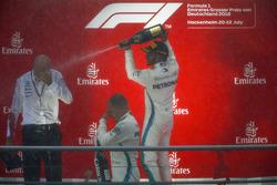 Le vainqueur Lewis Hamilton, Mercedes AMG F1, le deuxième, Valtteri Bottas, Mercedes AMG F1, et Dr Dieter Zetsche, PDG, Mercedes Benz, avec du champagne sur le podium