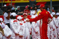 Kimi Raikkonen, Ferrari, avec les grid kids