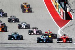 Старт гонки: Льюис Хэмилтон, Mercedes AMG F1 W08, и Себастьян Феттель, Ferrari SF70H