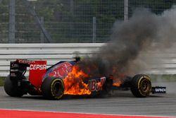 Daniil Kvyat, Toro Rosso STR9 Renault, in vlammen