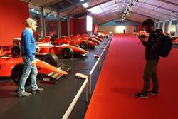 Guido Schittone viene filmato accanto a una monoposto Ferrari