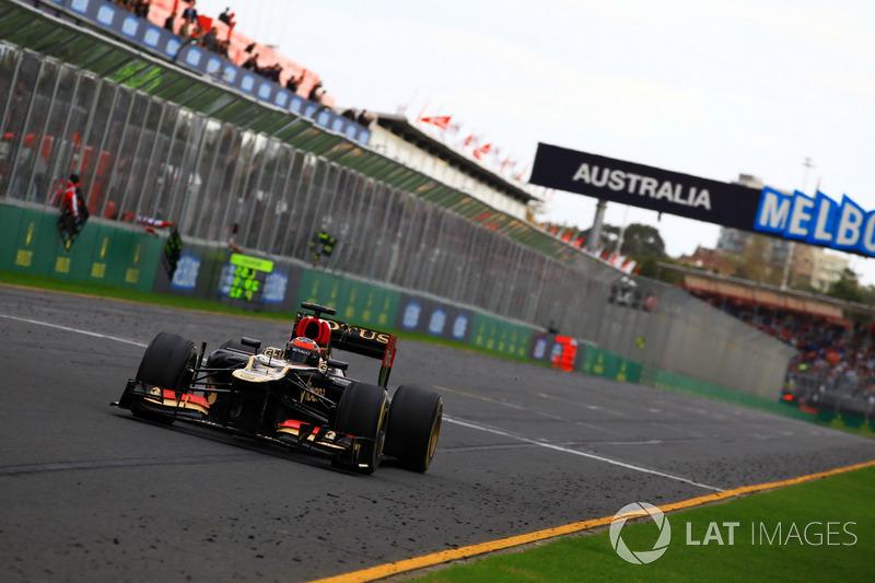 Kimi Raikkonen, Lotus F1 Team E21, inicia la temporada 2013 con una victoria en Melbourne, la última que consiguió para el equipo de Enstone antes de regresar con Ferrari donde más de 5 años después conseguiría su siguiente triunfo.