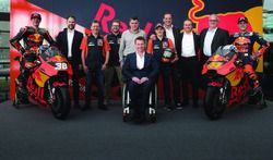 Bradley Smith, Red Bull KTM Factory Racing, Pol Espargaro, Red Bull KTM Factory Racing, Mika Kallio, Red Bull KTM Factory Racing, Pit Beirer, directeur de la compétition de KTM, Hubert Trunkenpolz, membre du conseil d'administration de KTM, Mike Leitner, Team Manager Red Bull KTM Factory Racing et l'équipe