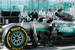 Инженеры Mercedes AMG F1