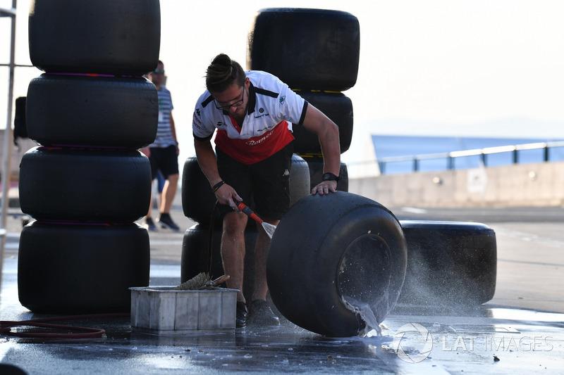 Sauber lava ruedas y neumáticos Pirelli