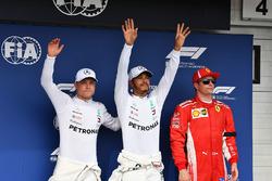 Valtteri Bottas, Mercedes-AMG F1, Lewis Hamilton, Mercedes-AMG F1 e Kimi Raikkonen, Ferrari, festeggiano nel parco chiuso