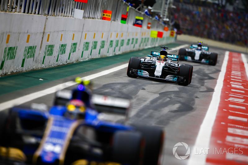 Pascal Wehrlein, Sauber C36, Lewis Hamilton, Mercedes AMG F1 W08, Valtteri Bottas, Mercedes AMG F1 W
